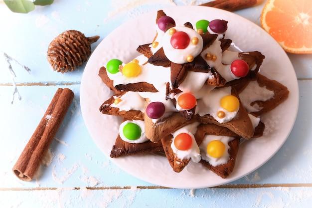 Kerstboom van gemberkoekjes zelfgemaakte taarten