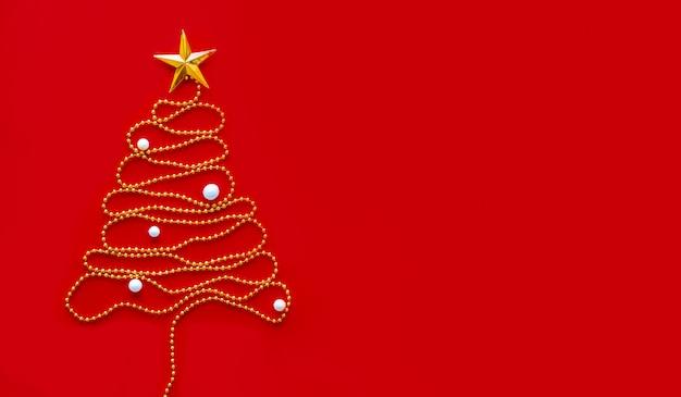 Kerstboom van gouden decoratie met sneeuw