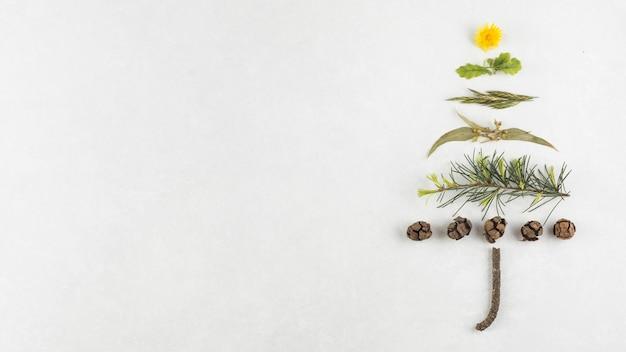 Kerstboom van takken en kegels