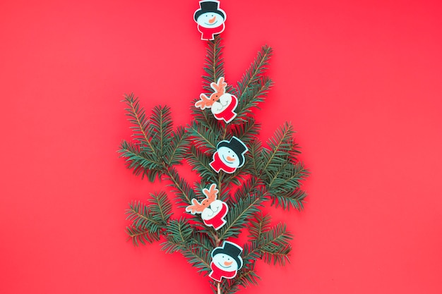 Kerstboom van takken met speelgoed