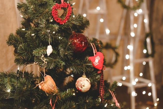 Kerstboom versierd met ballen