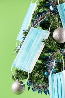 Kerstboom versierd met gezichtsmaskers