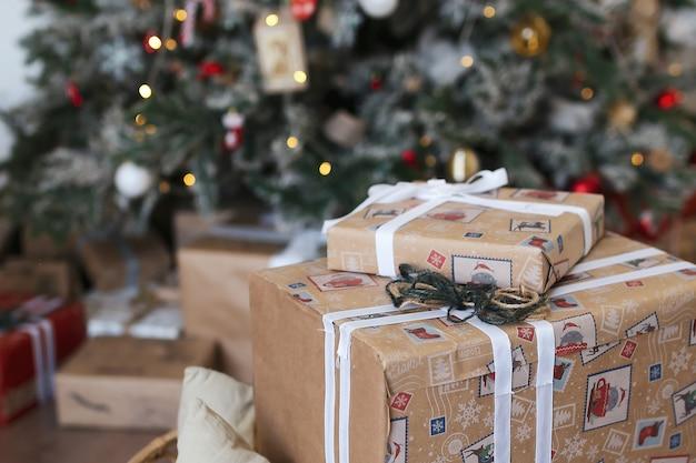 Kerstboom versierd met kerstversieringen en geschenken