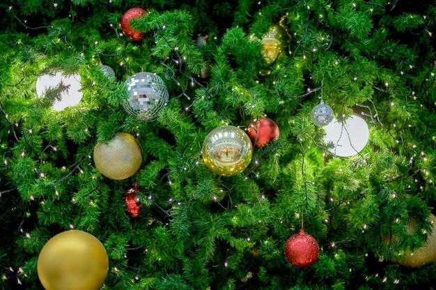 Kerstboom versierd met kleurrijke ballen en gekleurde lichten