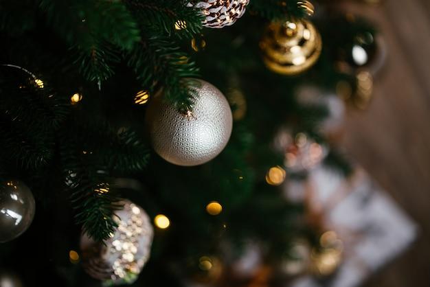 Kerstboom versierd met lichtjes en kerstbal