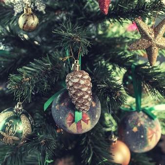 Kerstboom versierd met ornamenten, kerstballen, bubbels, ballen, dennenappel en gouden sterren