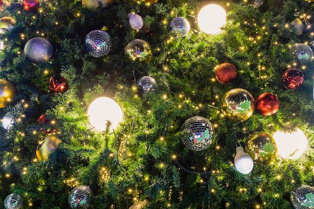 Kerstboom versierd met prachtige lichten