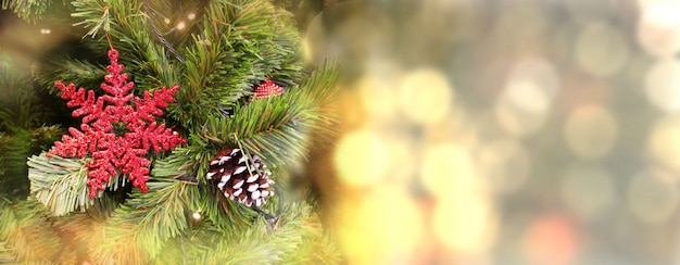 Kerstboom versierd met rode sneeuwvlok op onscherpe achtergrond