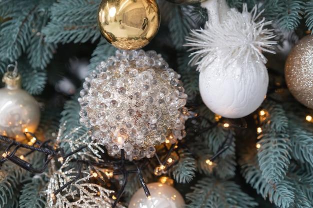 Kerstboom versierd met slinger en decorspeelgoed. close-up shot. hoge kwaliteit foto