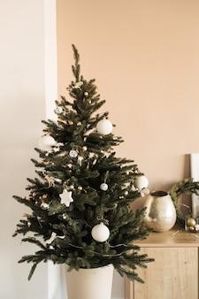 Kerstboom versierd met speelgoed, kerstballen. kerstviering concept.
