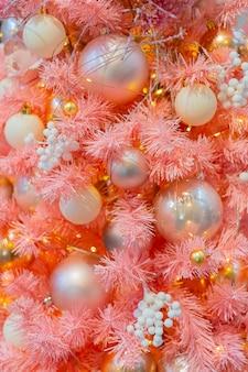 Kerstboom versierd met speelgoed, lichten en klatergoud