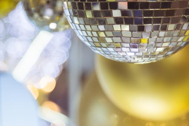 Kerstboom versierd met spiegel disco bal decor voor vrolijk kerstfeest