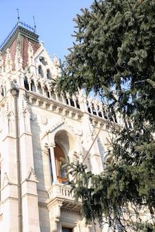 Kerstboom versierd tegen de achtergrond van het parlement