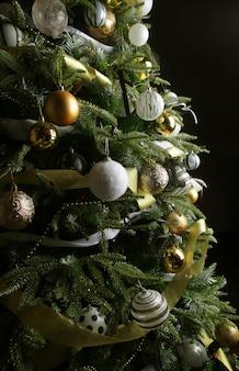 Kerstboom. zilveren en gouden ballen. detailopname