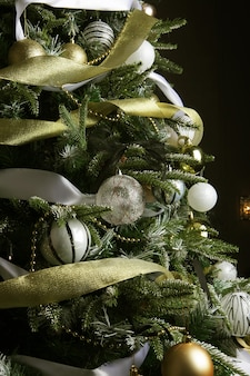 Kerstboom. zilveren en gouden ballen.