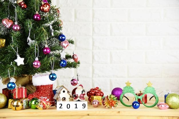 Kerstboomachtergrond en 2019 gelukkige nieuwjaarachtergrond