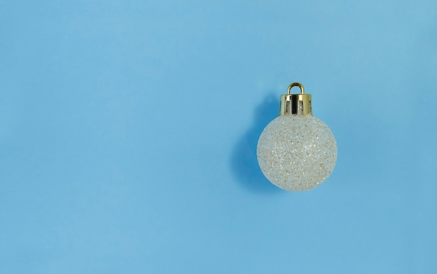 Kerstboombal op een blauw document. eenvoudig plat leggen met kopie ruimte.