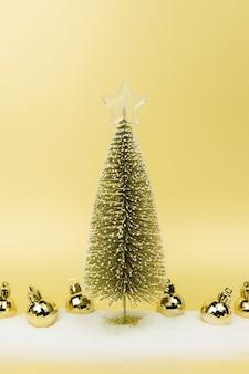 Kerstboomballen, nepsneeuw, goud.