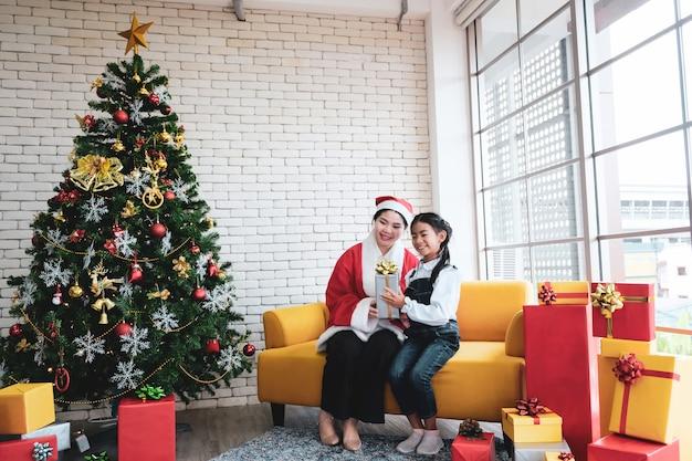 Kerstboomdecor in de woonkamer.