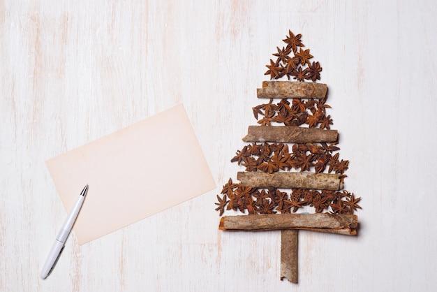 Kerstboomdecoratie met exemplaarruimte op witte houten achtergrond