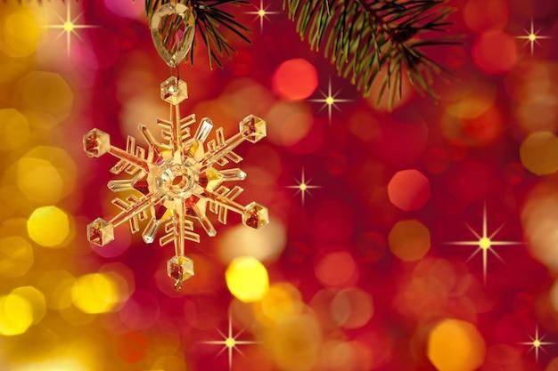 Kerstboomdecoratie op lichten rode achtergrond