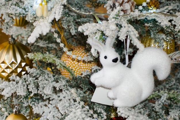 Kerstboomdecoraties. kerstspeelgoed, eekhoorn, vlinder, kralen en slinger, kleurrijke ballonnen. kerstmis.
