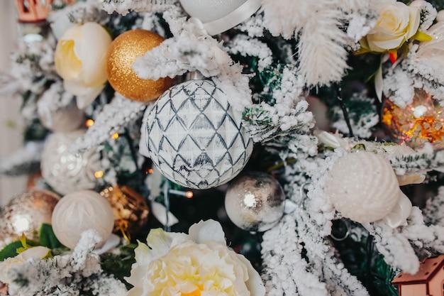 Kerstboomdecoraties. verschillende kerstversieringen, engelen, ballen, sneeuwvlokken op de boom. kerst versiering .