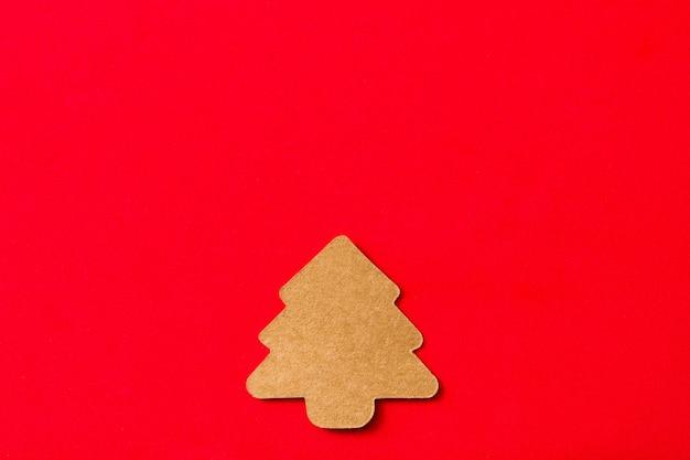 Kerstboometiket op rode achtergrond