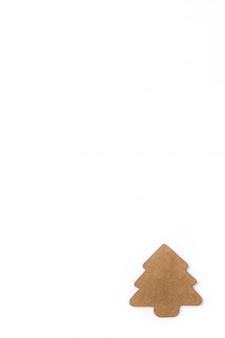 Kerstboometiket op witte achtergrond wordt geïsoleerd die