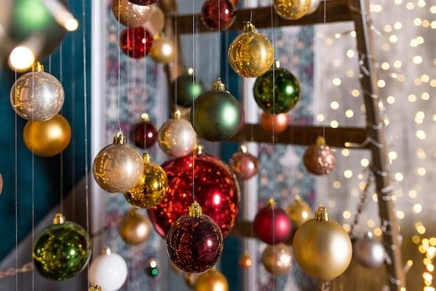 Kerstboomkunstinstallatie gemaakt met lichtslingers en kerstballen die aan draden hangen