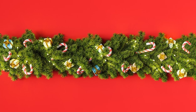 Kerstboomslinger met cadeautjes en snoepversieringen