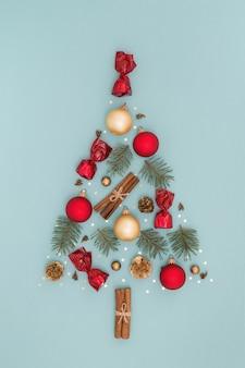 Kerstboomsymbool gemaakt van nieuwjaarsversieringen