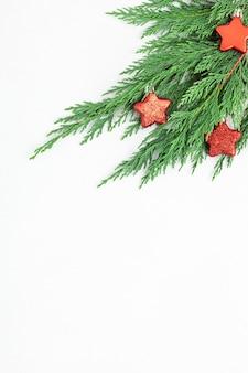 Kerstboomtak en rode ster ornament, plat lag, bovenaanzicht
