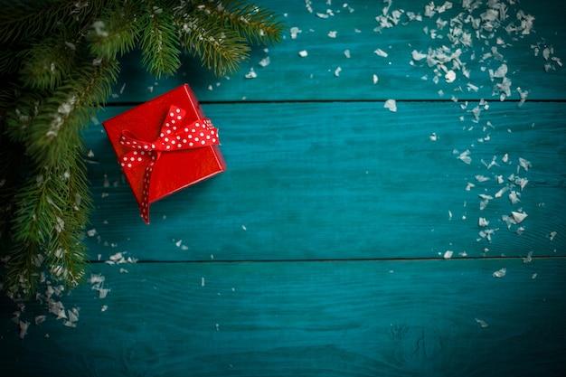 Kerstboomtak met decoraties en cadeau