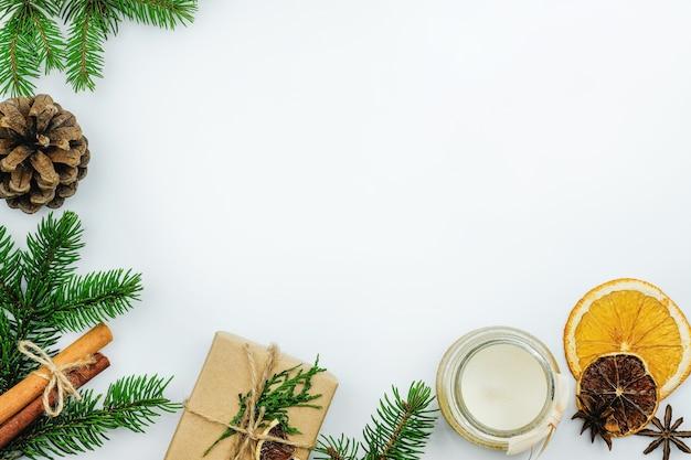 Kerstboomtakjes en droog sinaasappelframe, plat leggen