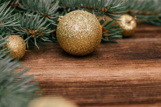 Kerstboomtakken close-up met gouden ballen. nieuwjaar, kerstmis concept.