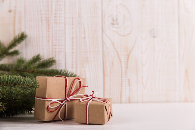 Kerstboomtakken en geschenken, kerstmis, wenskaart. copyspace.