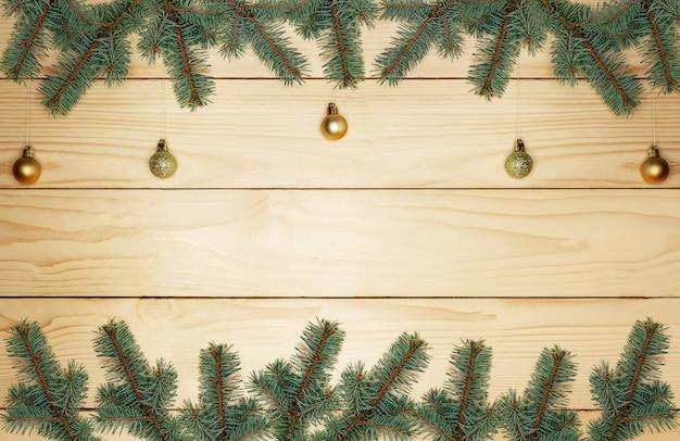 Kerstboomtakken met gouden versieringen
