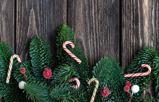 Kerstboomtakken met kegels. bevroren bessen en kleine snoeprietjes. rustiek nieuwjaar. bovenaanzicht.