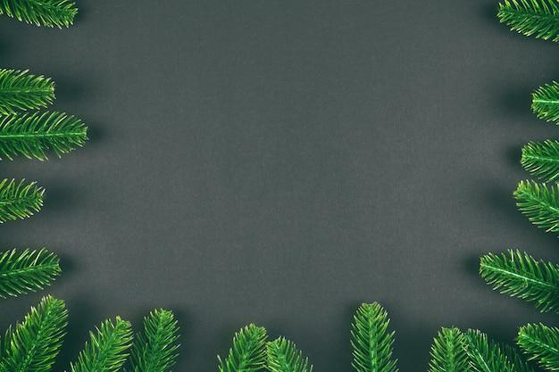 Kerstboomtakken op donkere tafel