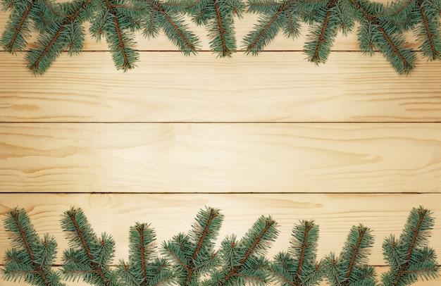 Kerstboomtakken op houten planken