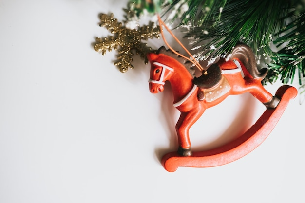 Kerstboomtakken versierd met paard, sneeuwvlok.