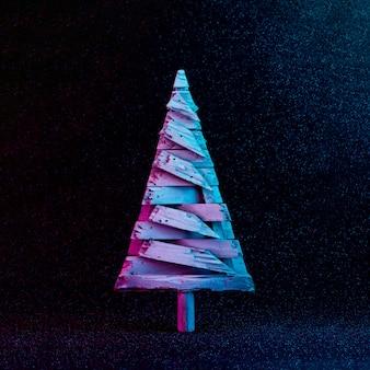 Kerstboomversiering in levendige neonkleuren. kerstmis of winter donkere achtergrond concept.