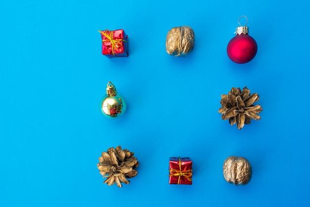 Kerstboomversiering op blauw