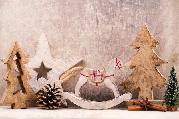 Kerstboomversiering op een houten kamer. met bokeh ornamenten.