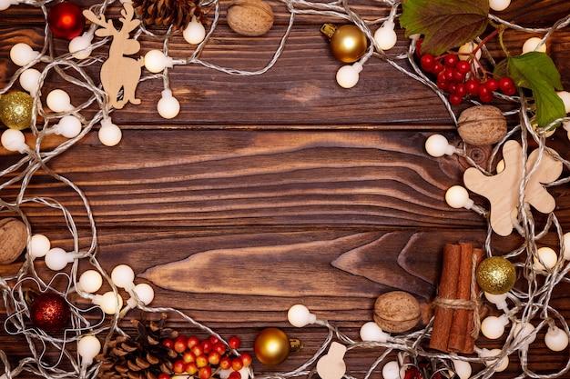 Kerstboomversiering op oude armoedige houten achtergrond. nieuwjaar