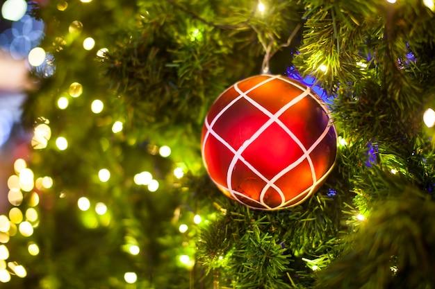 Kerstboomversiering op verlichte achtergrond