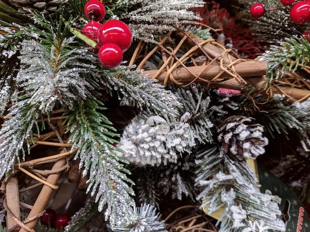 Kerstboomversieringen. close-up textuur. kaneel en lijsterbes in de sneeuw.