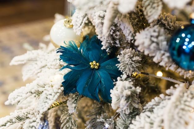 Kerstboomversieringen op een fir-kerstboom