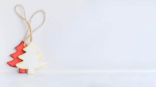 Kerstboomversieringen op witte achtergrond